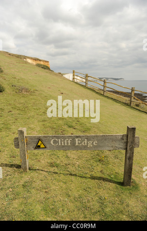 Cliff Edge Warnschild an Seaford Head Nature Reserve, Sussex, England - Stockfoto