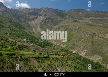Dorf von Piukar auf einem steilen terrassierten Hügel führt in das Flusstal Bhaga auf dem Manali-Leh-Highway, Himachal - Stockfoto