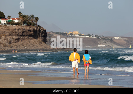 Walking am Strand, Kanarischen Insel Fuerteventura, Spanien. - Stockfoto