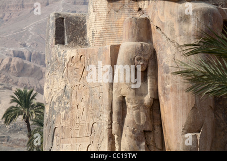 Nahaufnahme von Königin Tiy Chief Frau von Amenophis III Stand an seiner Seite auf einem der Kolosse von Memnon - Stockfoto