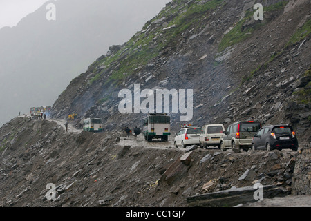 rohtang pass unterwegs stau bei 5 morgens in der n he von manali stra e von manali nach leh. Black Bedroom Furniture Sets. Home Design Ideas