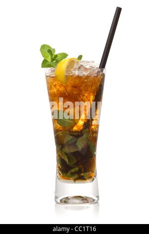 Cuba Libre cocktail isoliert auf einem weißen - Stockfoto