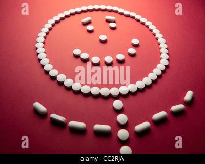 unter Drogen Gesicht gemacht aus Pillen und Medikamente - Stockfoto