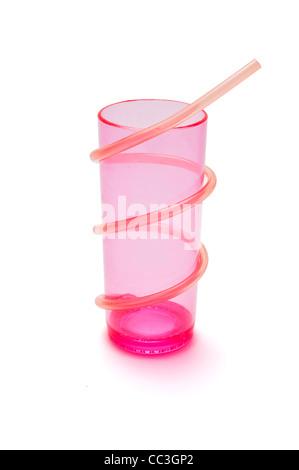 Ein Kunststoff-Glas mit einem Strohhalm - Stockfoto