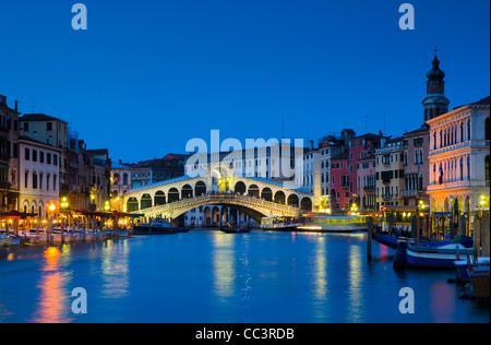 Italien, Veneto, Venedig, Rialtobrücke über den Canal Grande - Stockfoto