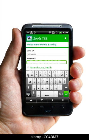 Anmeldung bei mobile-Banking mit der Lloyds TSB-app auf einem HTC-smartphone - Stockfoto
