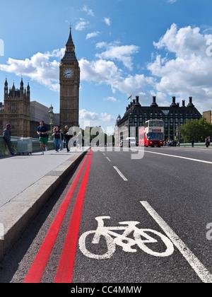 Lane und roten Fahrradroute in Westminster mit Big Ben und die Houses of Parlament London UK - Stockfoto