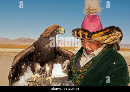 Kasachische eagle Hunter und seinem Steinadler in der Altai-Region von Bayan-Ölgii in der westlichen Mongolei - Stockfoto