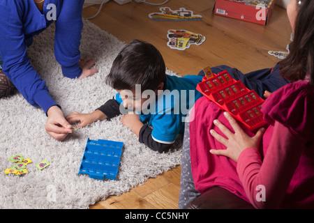 Kinder spielen Brettspiel zu Hause - Stockfoto
