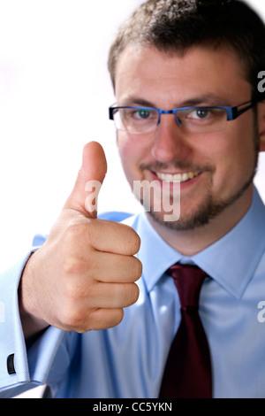 Glücklich, Businessmanager lächelt positiv und gibt den Daumen - Stockfoto