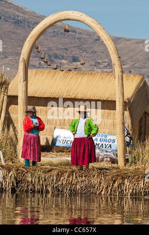 Peru, Titicaca-See. Quechua oder Uros Indianer in die schwimmenden Inseln der Uros. - Stockfoto