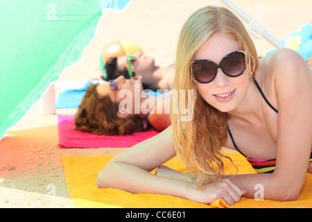 Jugendliche, die am Strand entspannen - Stockfoto
