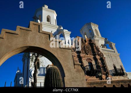 Mission San Xavier del Bac wurde von Pater Eusebio Kino im Jahre 1692 im heutigen Tucson, Arizona, USA gegründet. - Stockfoto