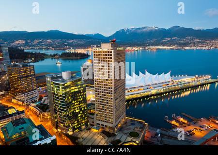 Panoramablick über die Innenstadt und Burrard Inlet in der Abenddämmerung, Vancouver, Britisch-Kolumbien, Kanada - Stockfoto