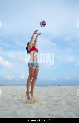 Frau beim Beach-Volleyball, Reef Playacar Resort und Spa, Playa del Carmen, Mexiko - Stockfoto