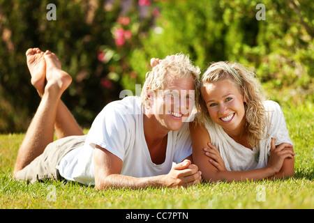 Glückliches junges Paar im freien - Stockfoto