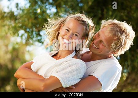 Glückliches junges Paar im Freien. - Stockfoto
