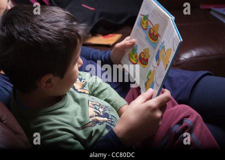 Mutter, die eine Geschichte zu lesen - Stockfoto