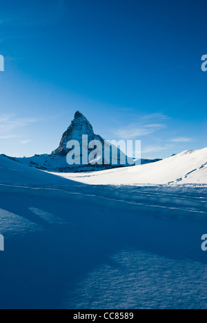 blaue malerischen Blick auf das Matterhorn-Gipfel. Blick vom Riffelberg, Gornergrat, Zermatt, Schweiz. - Stockfoto