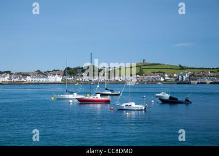 Segelboote vor Anker vor Portaferry, Strangford Lough, County Down, Nordirland. - Stockfoto