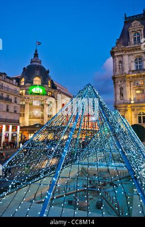 Paris, Frankreich, Altstädter Ring, Scenic, Dekor vor Halle Gebäude der Stadt, in der Dämmerung, mit LED-Beleuchtung - Stockfoto