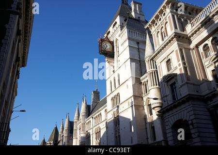 Uhr auf den Uhrturm der Königlichen Gerichtshöfe Gebäude London England UK-Vereinigtes Königreich - Stockfoto