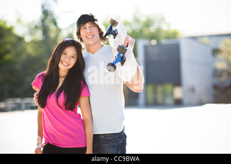 USA, Washington, Seattle, multi-ethnischen Brautpaar posiert mit skateboard - Stockfoto