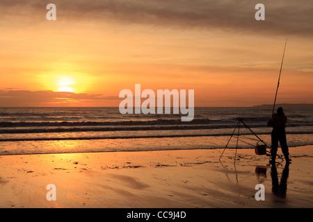Fischer bei Sonnenuntergang, Aberavon Beach, Port Talbot, South Wales, UK