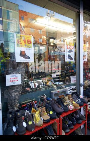 Armee Überschuss zu speichern Verkauf Luftgewehre und Schwerter in Cricklewood North London England uk - Stockfoto