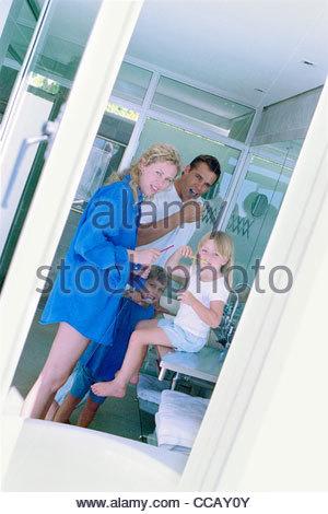 Familie in Bad zusammen Zähne putzen - Stockfoto