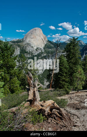 Rückseite des Half Dome betrachtet Liberty Cap und Mount Broderick von The Panorama Trail. Yosemite-Nationalpark. - Stockfoto