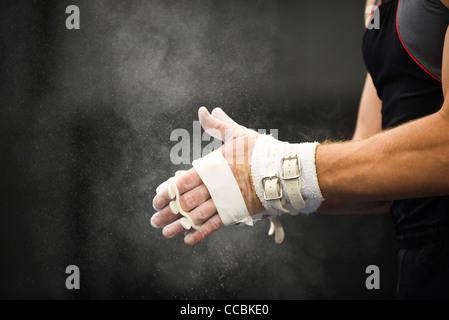 Turnerin Kreide einschalten, Hände in Vorbereitung - Stockfoto