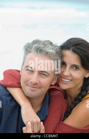 Mann und Frau umarmen, Porträt - Stockfoto