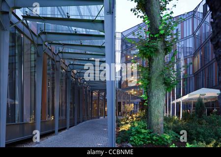 Fassade modern hotel  Modernes Hotel mit facettierten verglaste Fassade und interne ...