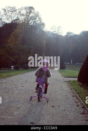 Kleinen Mädchen Reiten Fahrrad, Rückansicht - Stockfoto