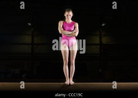 Weibliche Turnerin am Schwebebalken - Stockfoto
