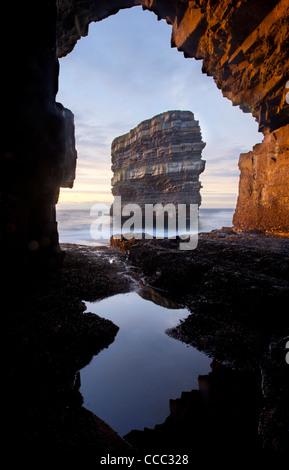Dun Briste Seastack gesehen aus einer Höhle unter Downpatrick Head, County Mayo, Irland. - Stockfoto