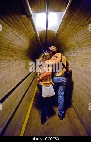 Ein junges Paar umarmen, da sie einen Inspektion Tunnel am Hoover-Staudamm auf dem Colorado River tour. - Stockfoto