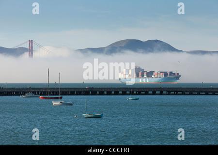 Ein MOL Containerschiff in nebligen San Francisco Bay - Kalifornien USA - Stockfoto