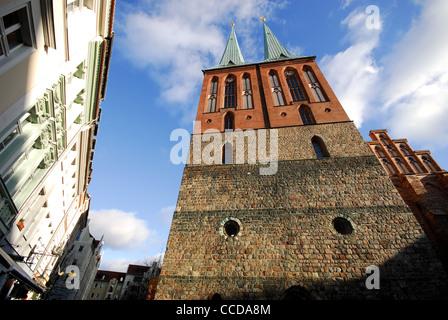 BERLIN, DEUTSCHLAND. Die neu erstellte 13. Jahrhundert Kirche der Nikolaikirche im Nikolaiviertel Bezirk der Stadt. - Stockfoto