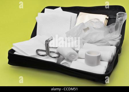 Detailansicht Einer Besorgnis Erste-Hilfe-Tasche | Detail-Foto eines geöffneten erste-Hilfe-Kit - Stockfoto