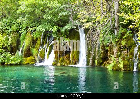 Herabstürzende Wasser. Krka Wasserfall Nationalpark in Kroatien. - Stockfoto