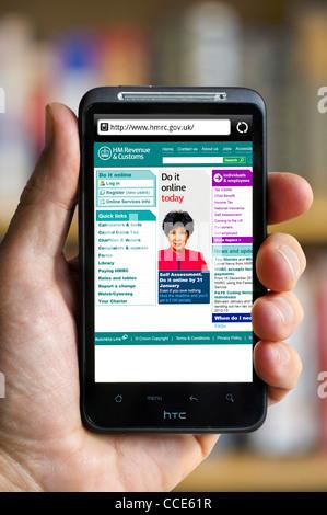 Blick auf die HM Revenue and Customs Website auf einem HTC-smartphone - Stockfoto