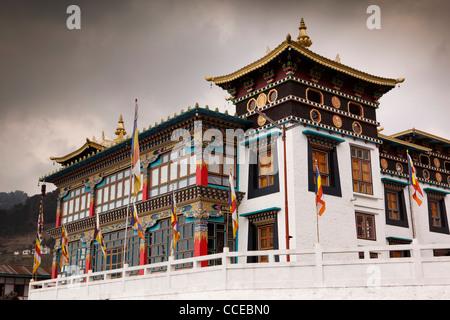 Indien, Arunachal Pradesh, Tawang, Khinmey Nyingma Kloster, dekoriert bunt Gebetshalle Eingang - Stockfoto