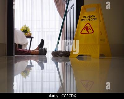 weibliche zimmerm dchen hatte arbeitsunfall w hrend der reinigung hotel zimmer stockfoto bild. Black Bedroom Furniture Sets. Home Design Ideas