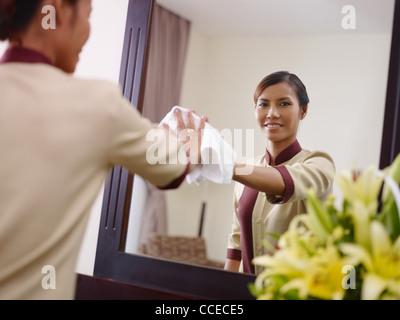 Junges Asiatisches Dienstmädchen Bei Der Arbeit