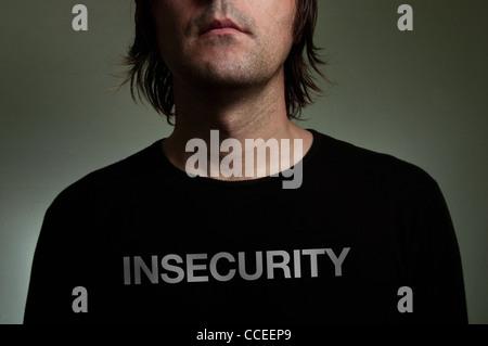 """Mann trägt ein schwarzes t-Shirt mit """"Unsicherheit"""" Titel auf seiner Brust. Shiness, Unsicherheit, Einsamkeit Konzept - Stockfoto"""