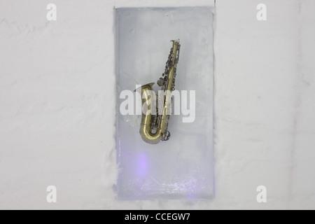 Musikinstrument in Eisblock eingefroren - Stockfoto