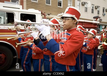 2012 drei Könige Tagesparade, Brooklyn, New York. Junior High School marching Band in die Parade. - Stockfoto