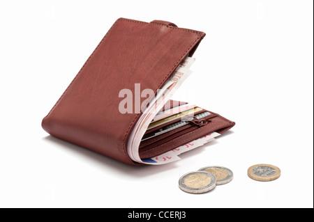 Eine braune Leder-Geldbörse mit Karten und Euro - Stockfoto